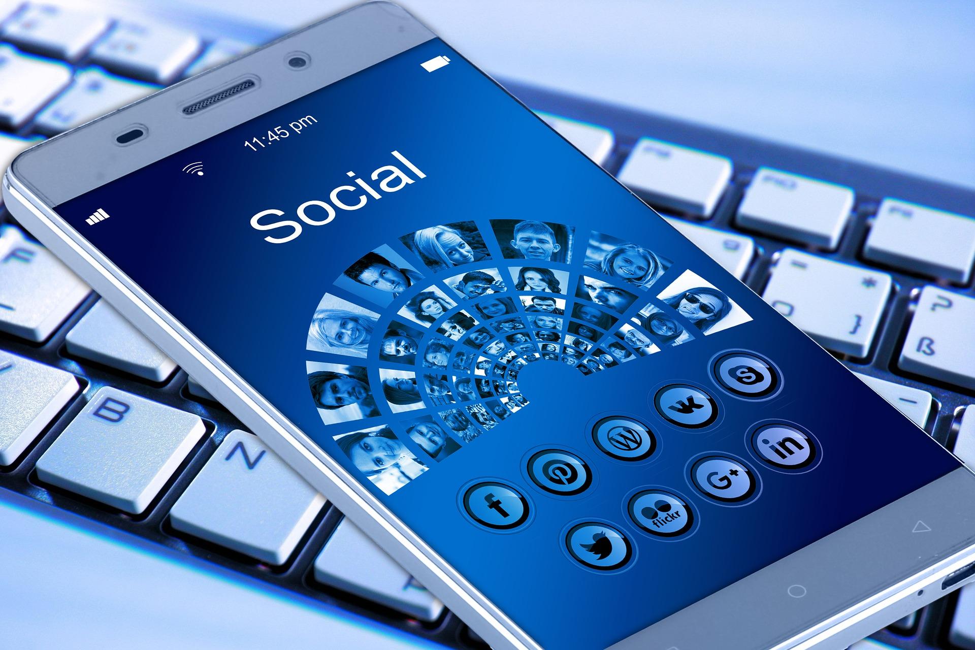 socialiniai-tinklai-telefonas-aplikacija-komentaras