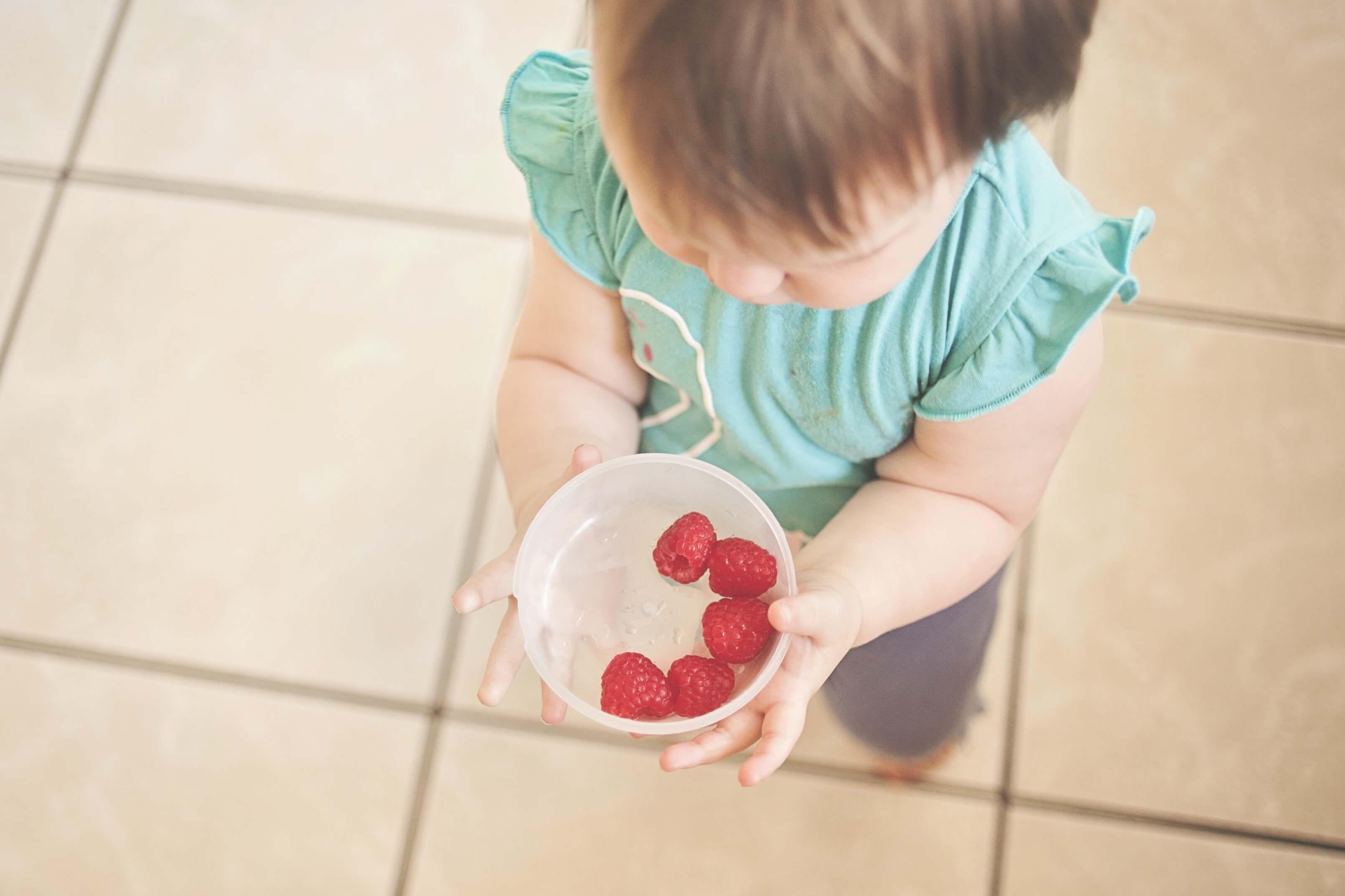 vaikas-avietes-maistas-islaikymas.jpeg